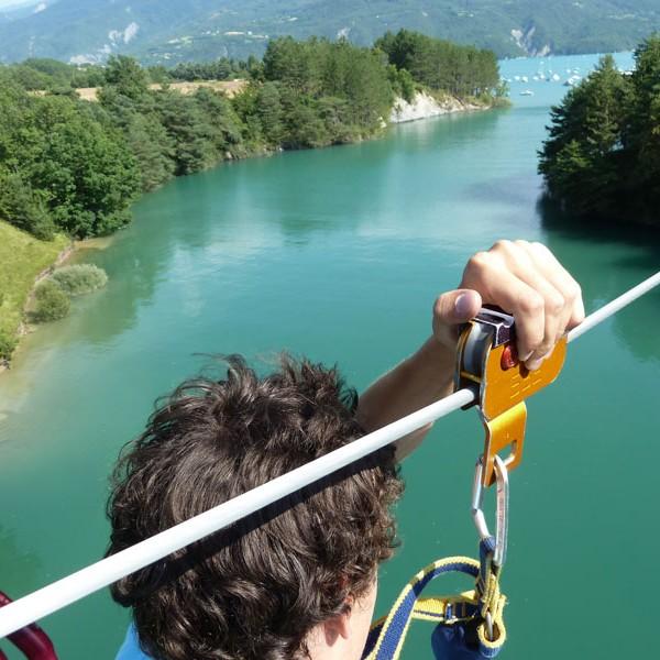 tyrolienne géante au dessus du lac